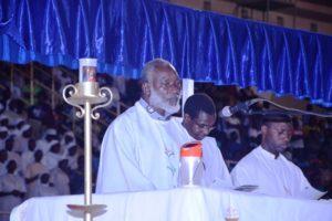 Abbé Blaise Bicaba lors de la célébration de la messe