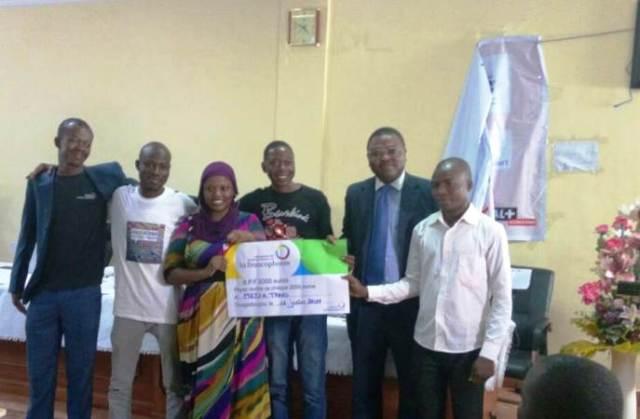 Les 2eme gagnants ToubuZone ont posé avec le représentant de l'OIF