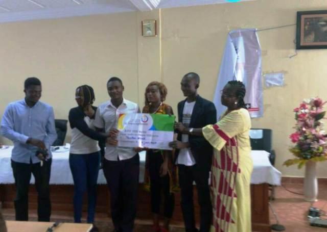 La Directrice de l'IPERMIC, Mme Celestine Traoré, à posé avec les 3eme lauréats du site média trans