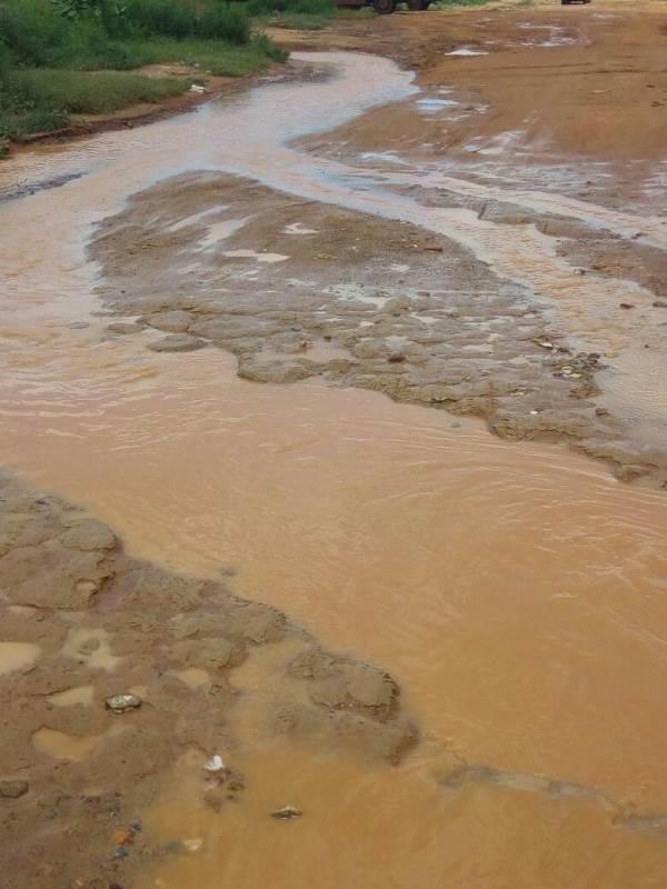 La route presque inexistant a cause de l'inondation