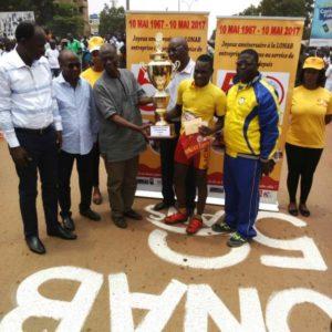 Le DG de la LONAB remet le premier prix a Abdoulaye Rouamba de l'AJCK