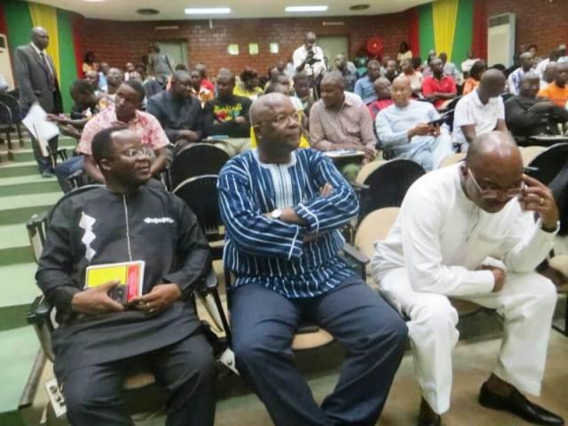 Le public et les conférenciers à cette rencontre.