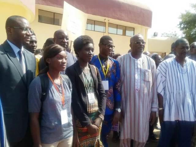 Photo de famille du Chef de l'Etat Rock Marc Christian KABORE avec les délégations des différentes régions.