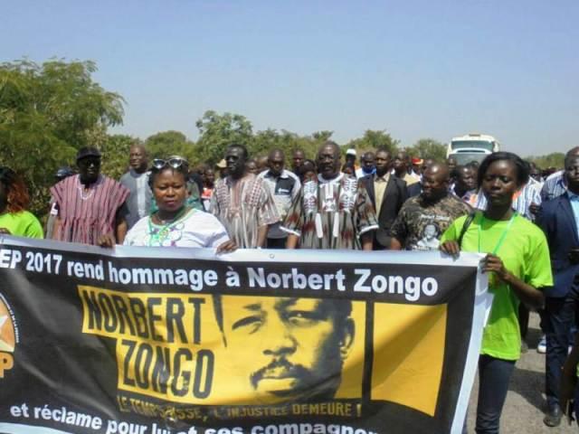 Les participants ont battus le pavé sur sur 1 km a l'entrée de Sapouy pour rejoindre le site de l'assassinat de Norbert Zongo et de ses compagnons d'infortune