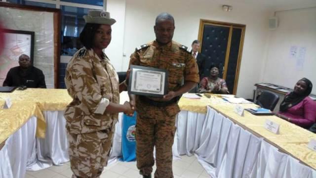 Le Colonel Xavier Blaise Ouedraogo remet le diplome à Mme Dabiré Zaghé Tecafudem Jocelyne, Commissaire Principal de Police (Burkinabè)