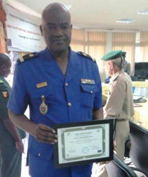 Le Commandant de gendarmerie Sombié Issaka avec son diplôme.