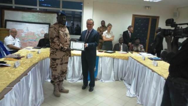 Le Colonel Issa Mahamadou Maina du Tchad reçoit son attestation ds mains du Représentant de L'UNION Européenne
