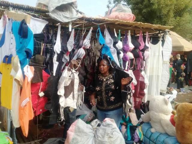 Mme Maimouna Palenfo cherche à se procurer un soutien gorge, mais trouve les prix à la hausse.