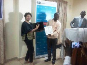 Wendyam Achille Kaboré (droite) reçoit ses prix des mains de Carine Debrahandere coordonnatrice régionale de la Deutche.Welle Akademie bureau.