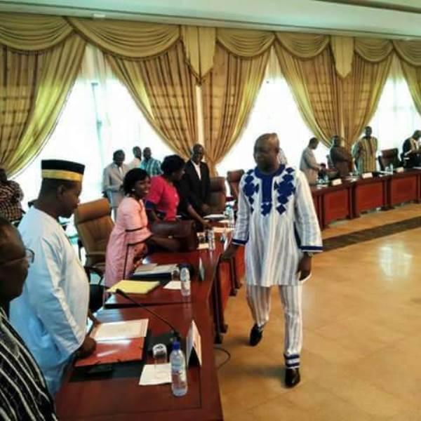 Poignée de main du Premier ministre Paul Kaba Théba avec les nouveaux ministres
