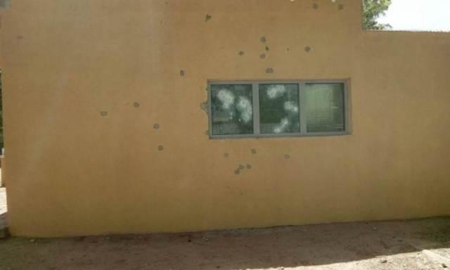 Les impacts de balles sur le mur de l'Ambassade de France du Burkina Faso