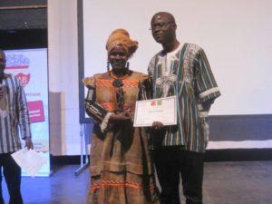 Macky S'y SAVANE de la Cote D'IVOIRE, recevant son trophée des mains du ministère de la Culture des Arts et du Tourisme du Burkina Faso, Abdoul Karim Sango