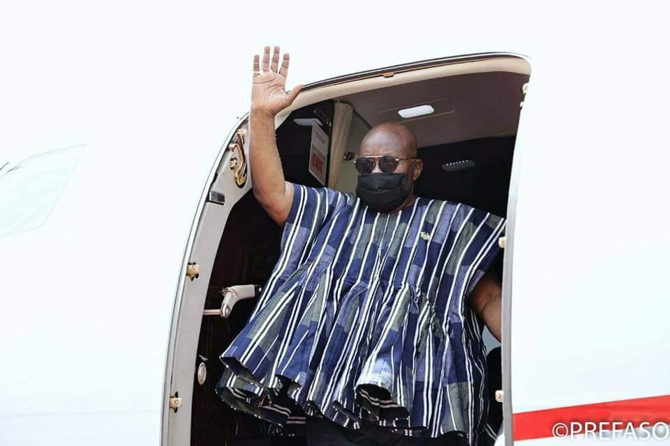 L'aurevoir du  président  Nana Akufo Addo dans l'avion du retour au Ghana