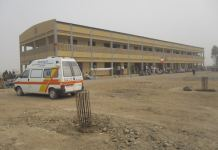 ambulance-et-batiment-a-edroit-d-la-population