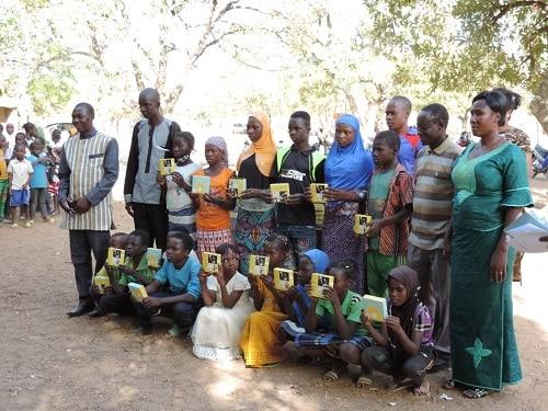 L-association-ISAEDD- offre- des- lampes- solaires- à -des -élèves