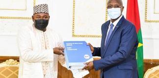 Burkina- Faso-le -secrétaire -permanent –de- l'OHADA –remet- le- code –bleu- au –premier- ministre