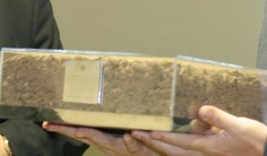 Foi um momento, sobretudo, de carácter simbólico. O director do Museu da casa do beato João Paulo II recebeu uma caixa com terra, retirada de perto da azinheira grande, no Santuário