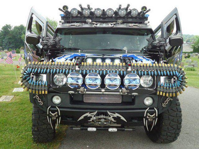 Veja uma caminhonete Hummer H2 equipada com metralhadoras, escudos e espadas
