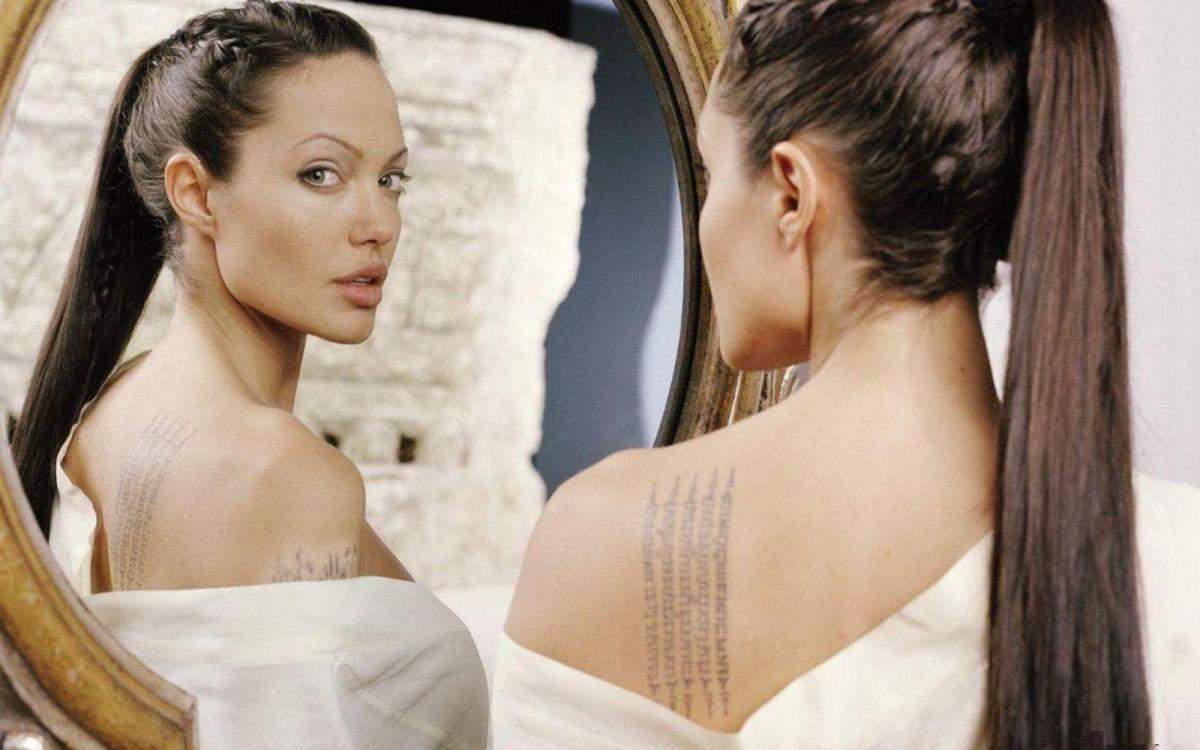 Angelina-Jolie-Front-Mirror-Wallpaper