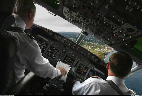 B737-700-Cockpit-Large