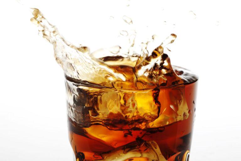 O que acontece se um dente ficar 24 horas dentro de um copo de Coca-cola?