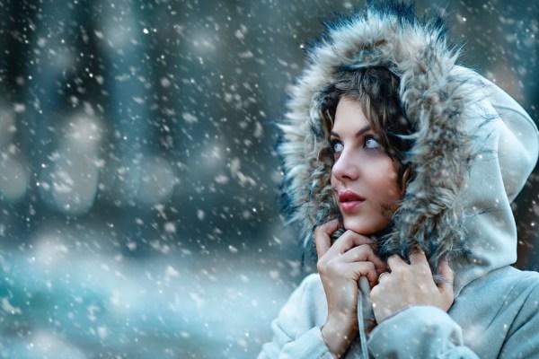 snow-cold-women-hat-look-away-bokeh-2048x1365