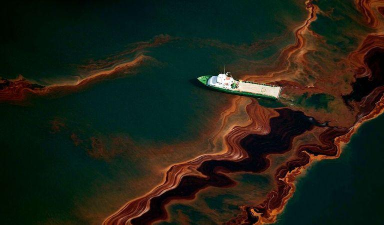 """Conheça o incrível """"sabão magnético"""" que pode limpar grandes vazamentos de petróleo"""