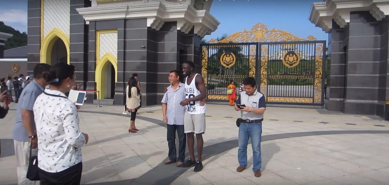 Essa é a reação dos asiáticos ao receberem um negro pela primeira vez