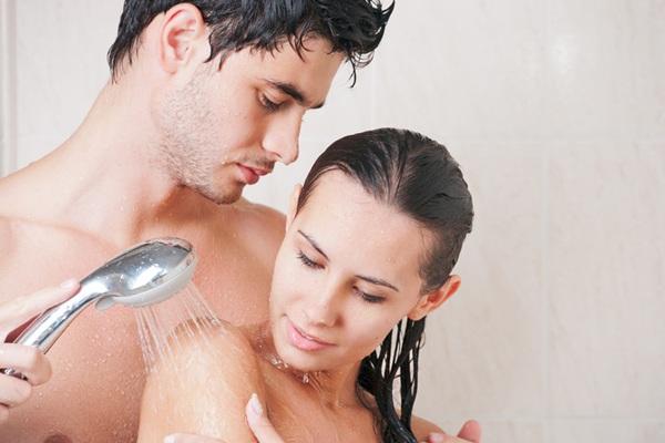 casal-tomando-banho