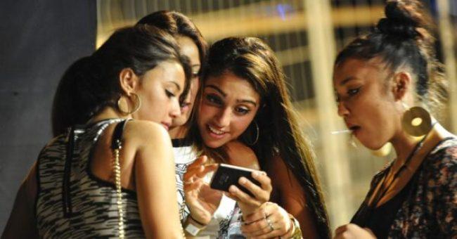 16ago2013---apos-a-festa-lourdes-confere-o-celular-com-amigas-1376667113591_956x500