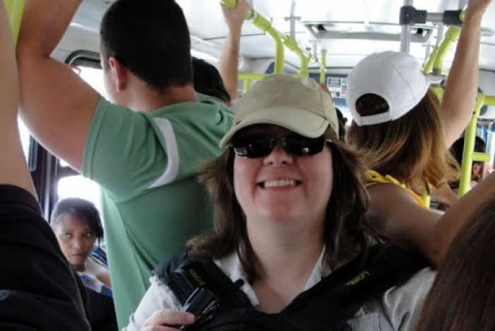 Dentro do ônibus! Está apertado, mas não está lotado. E no meio do ônibus (na parte articulada) havia bastante espaço.