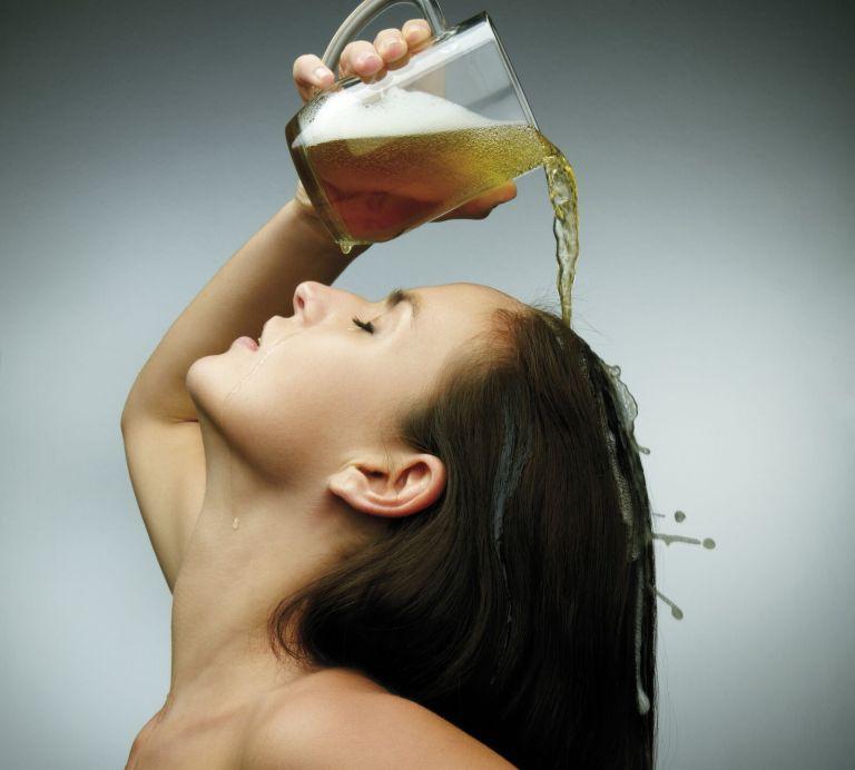 O que acontece se você colocar cerveja no seu cabelo?