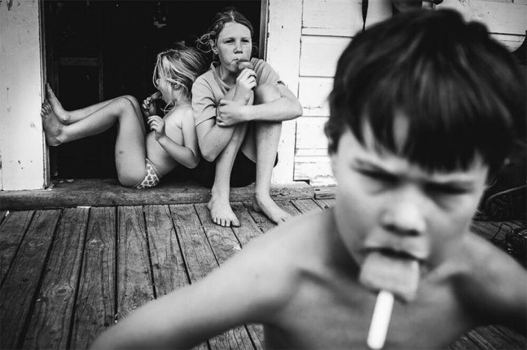 12 fotos que mostram como uma mãe cria 4 filhos sem tecnologias