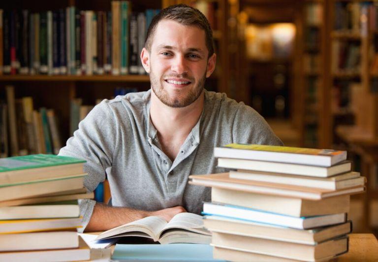 7 motivos para namorar um estudante de direito