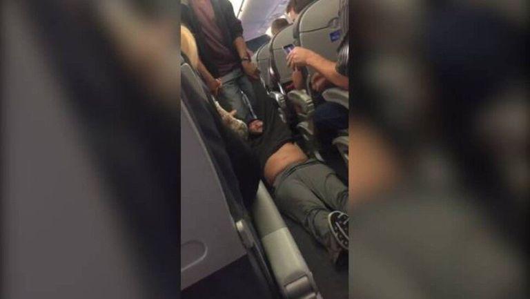 Por que esse homem de 69 anos foi arrastado de um voo e quem é ele?
