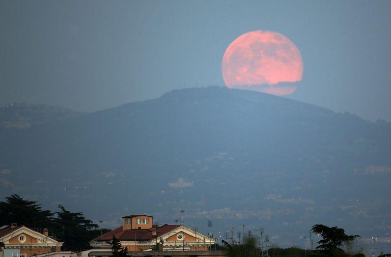 Um fenômeno conhecido como Lua Rosa irá acontecer essa noite e você não vai querer perder