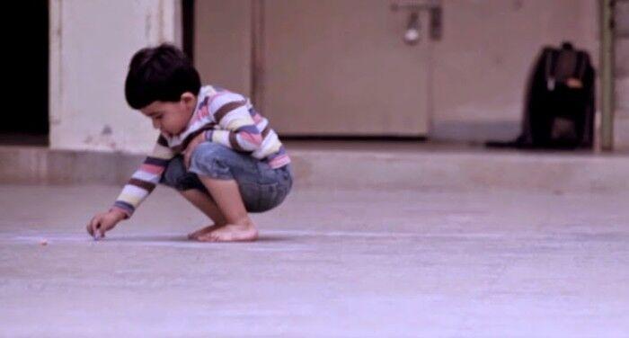 Um menino órfão faz um desenho no chão e emociona todo mundo