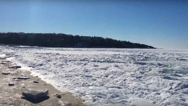 Esse vídeo incrível mostra como é o mar congelado no inverno nos EUA