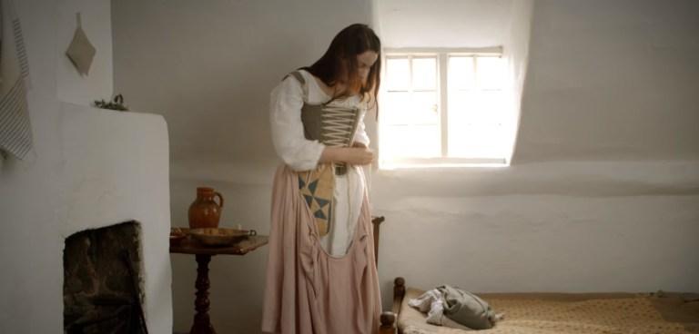 Esse vídeo mostra passo a passo como uma mulher se vestia no século 18