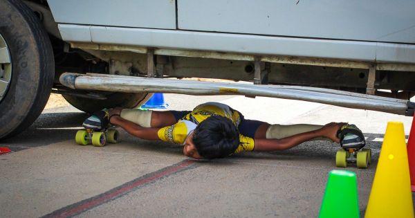 Devisri Prasad Performs Limbo Skating Under Cars On August 25 2015 In Tirupati India 600x315, Fatos Desconhecidos