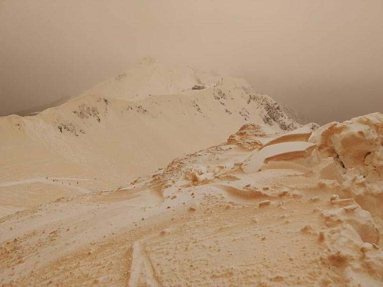 Veja imagens incríveis de um fenômeno que deixou a neve laranja na Europa