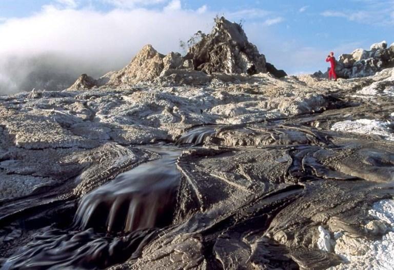Esse vulcão gótico e sobrenatural solta lava preta