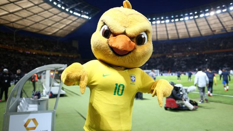 Conheça a origem do polêmico mascote da seleção brasileira, o Canarinho Pistola