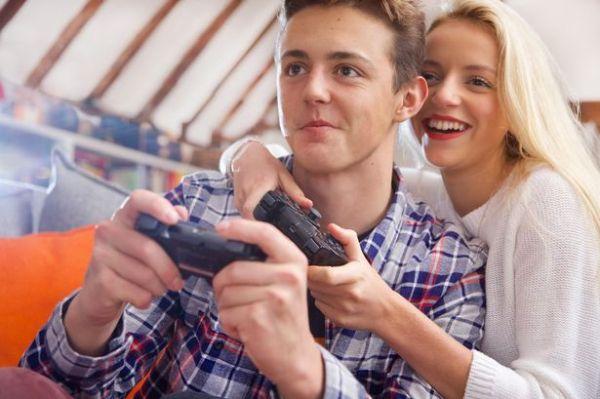 Couple On Sofa Playing Video Game 600x399, Fatos Desconhecidos