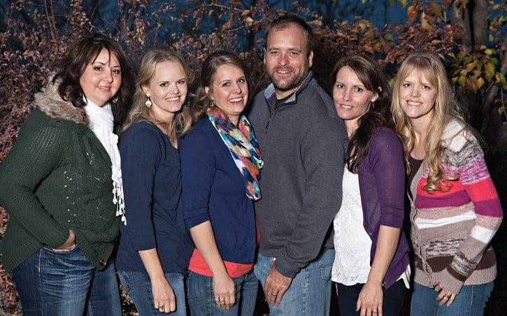 Um homem com 5 esposas mostra como é a vida da poligamia