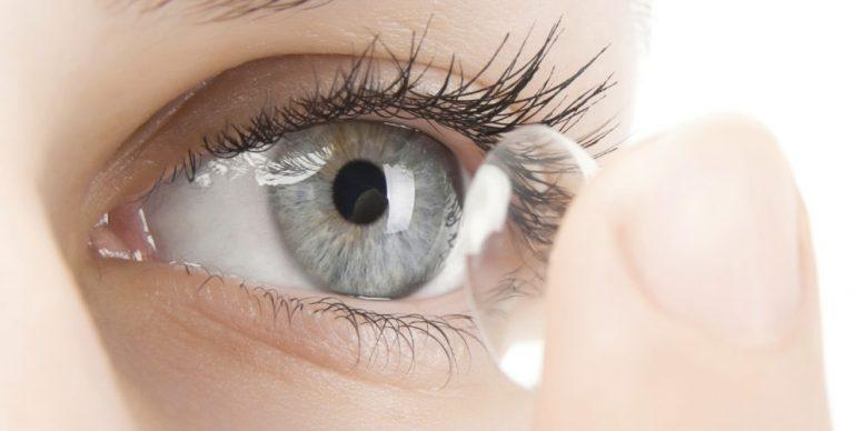 Mulher acaba cega depois de nadar com lentes de contato