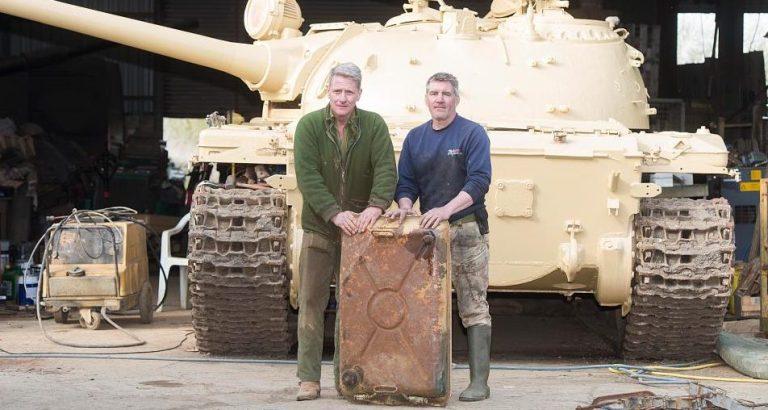 Dupla compra tanque de guerra pela internet e tem uma grande surpresa quando recebe
