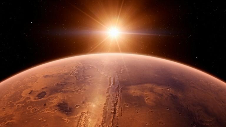 Nuvem extremamente estranha está sobrevoando Marte nos últimas dias