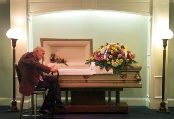 Emocionado, este senhor se declara para esposa no leito de morte dela