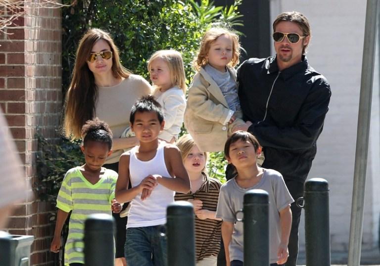 7 celebridades que construíram uma família linda adotando crianças